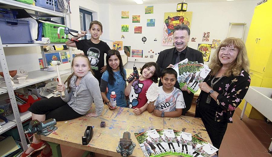 Stellten im Fürther Spielhaus zusammen mit Kindern ihre Broschüre vor: Bündnis-Leiterin Jutta Küppers und Fürths IHK-Chef Gerhard Fuchs.