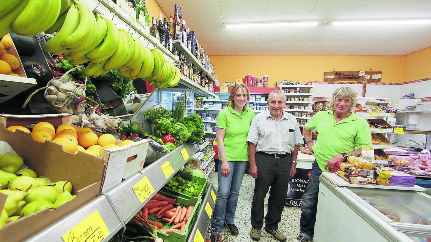 In der Innenstadt eine Institution: Das Traditionsgeschäft Maisch gibt es seit beinahe 90 Jahren. Im Bild: Ladeninhaberin Marika Maisch mit ihrem Vater Gottfried Maisch und Edmund Müller, der die Lieferungen ausfährt.
