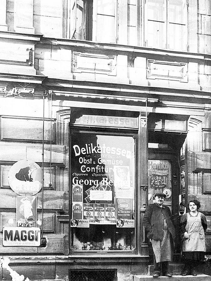 1923: Georg Berger mit Tochter Frieda, Gottfried Maischs Mutter, vor seinem Laden.