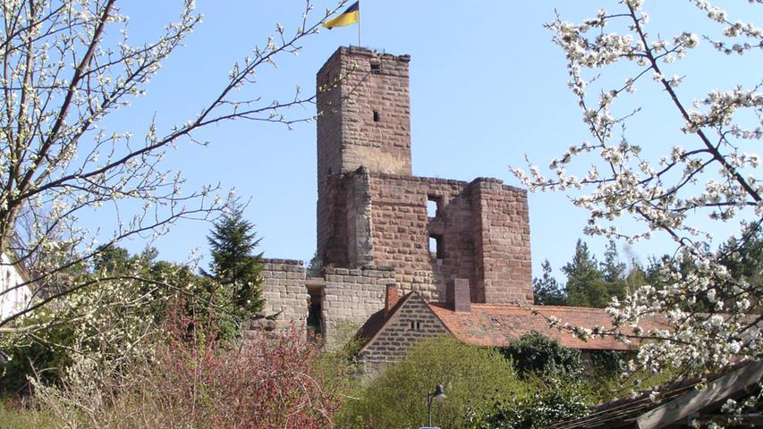 Über 1000 Jahre alt ist ist die Hilpoltsteiner Burg. Bis 1385 war sie Stammsitz der Herren von Stein, danach ein wichtiger Stützpunkt der Herzöge von Bayern. Der 22 Meter hohe Bergfried kann von April bis Oktober jeweils an den Wochenenden bestiegen werden. Von dort hat der Besucher einen herrlichen Blick auf die Sehenswürdigkeiten der Innenstadt. Nähere Informationen zur Burg Hilpoltstein gibt es hier.