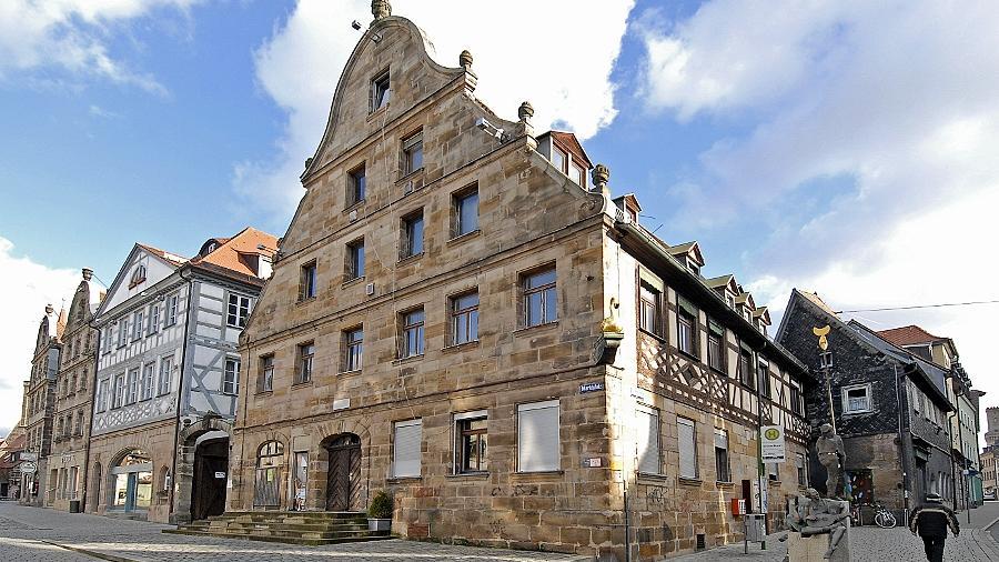 Prominenter Leerstand: Seit vielen Jahren tut sich nichts mit dem früheren Gasthaus Goldener Schwan am Marktplatz. Auch das Haus Königstraße 39, gleich rechts neben dem Schwan, hat schon einmal bessere Tage gesehen.