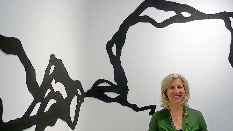Frau vor Gespinst: Sabine Schellhorn in ihrer Ausstellung.