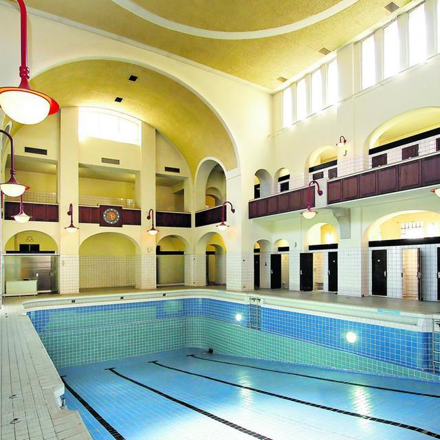 """Das Volksbad ist das größte Jugendstil-Bad in Deutschland. Aber ihm fehlt: Wasser. Das will der Verein """"Arabisches Museum"""" ändern. Er will einige der Räumlichkeiten für sein Projekt nutzen — und in einer Halle wieder Schwimmbetrieb ermöglichen."""