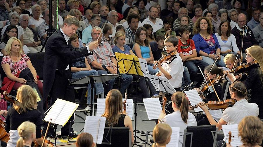 Dirigent Bernd Müller lotste Vor-, Nachwuchs- und Symphonieorchester der Jungen Fürther Streichhölzer in südliche Klangzonen.