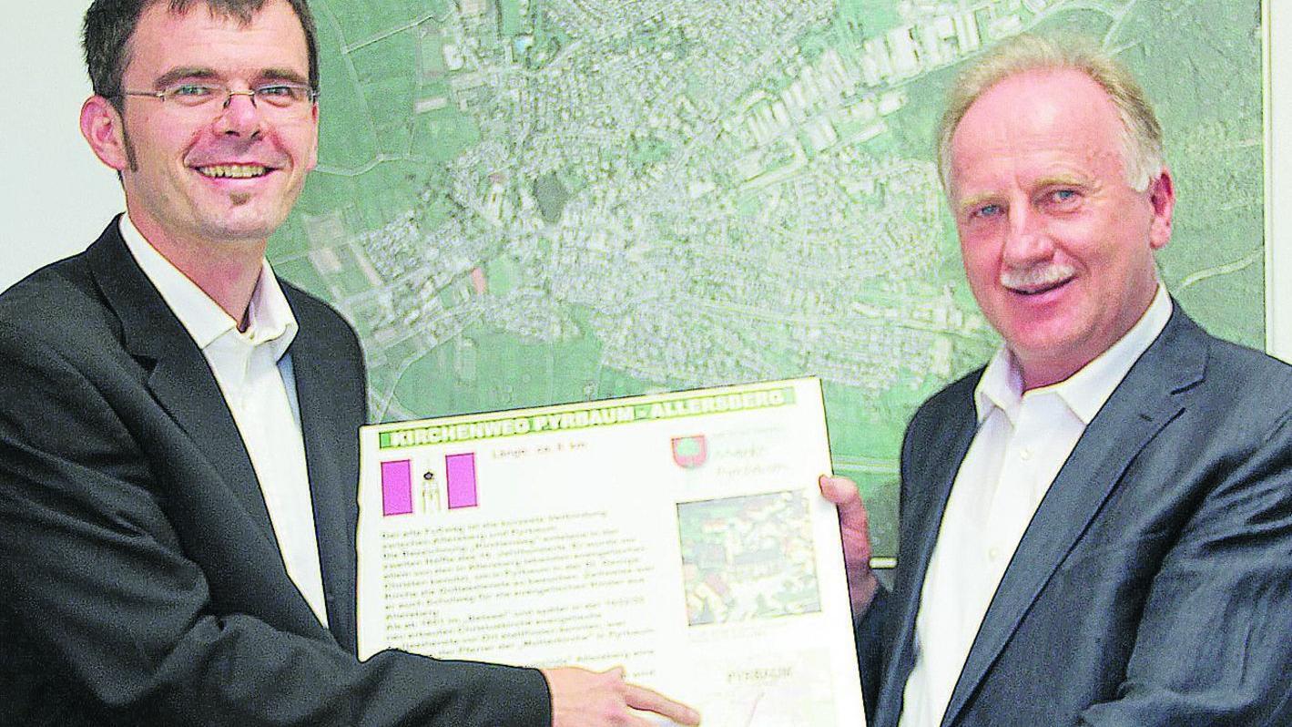Den kürzesten Weg von Pyrbaum nach Allersberg, den Kirchenweg auf der Tafel, kennt der neue Geschäftsleiter Michael Langner (links) schon.