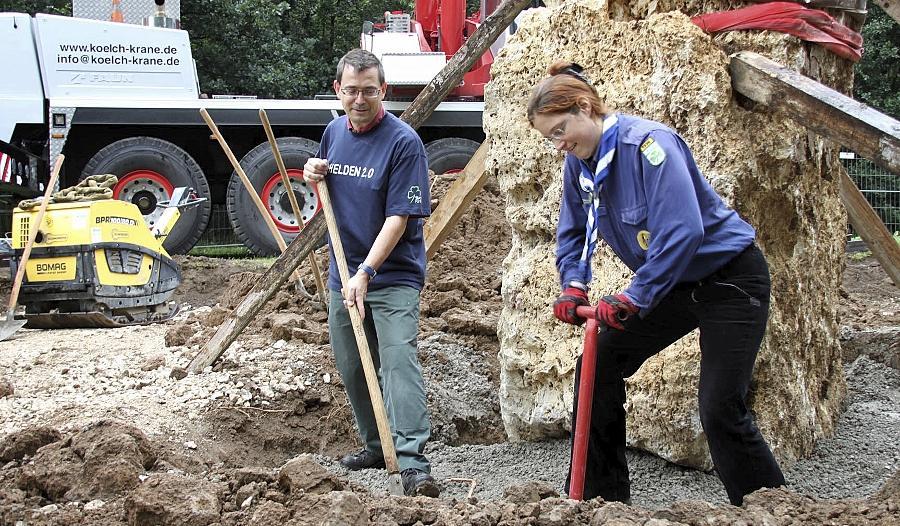 Arbeit, nichts als Arbeit: Stadtjugendring-Geschäftsführer Jochen Krüger und eine weitere Helferin legen sich rund um die neuen Steine ins Zeug, die bald zum Kinderkletterparadies werden sollen.