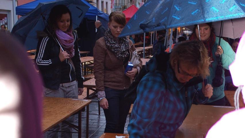 Gut ausgerüstet trotzten die Besucher dem Regenwetter...