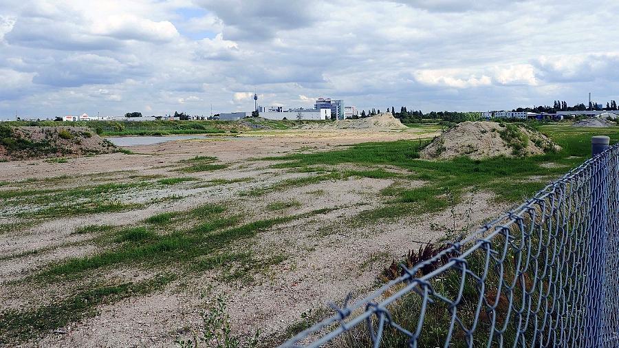 """""""Bei Ostwind stinkt's von Nürnberg rüber nach Sch...!!!"""": Das auf diesem Gelände geplante Fußballstadion der SpVgg erregt die Menschen schon lange, bevor es gebaut ist."""