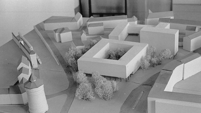 Der neue Gebäudekomplex (hier im Modell) wird sich gut an seine Nachbarschaft anpassen: im Vordergrund der Haupteingang mit den Arkaden am Rathenauplatz (links davon das Laufer Tor und rechts die Bayreuther Straße): in der Bildmitte ist deutlich das Hochhaus zu erkennen.