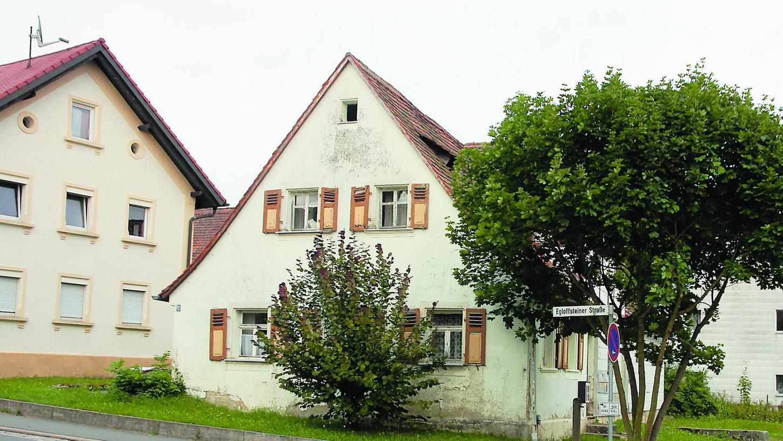 Dieses leer stehende Haus in Kunreuth würde dem angedachten Wohnprojekt weichen müssen.