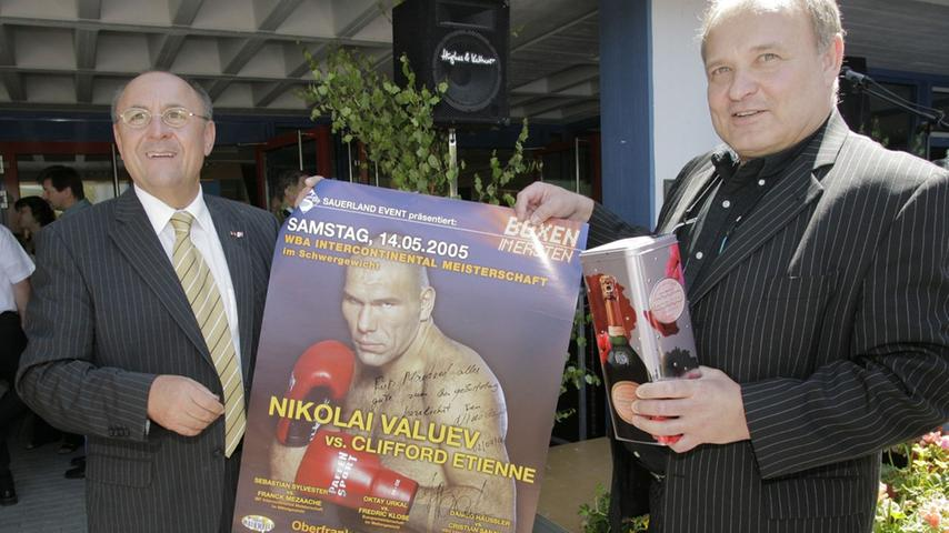 Dem einstigen Bürgermeister von Pegnitz, Manfred Thümmler, überreichte Professor Dr. Walter Wagner, der Ringarzt der deutschen Berufsboxer, zum 60. Geburtstag ein handsigniertes Poster von Weltmeister Valuev.