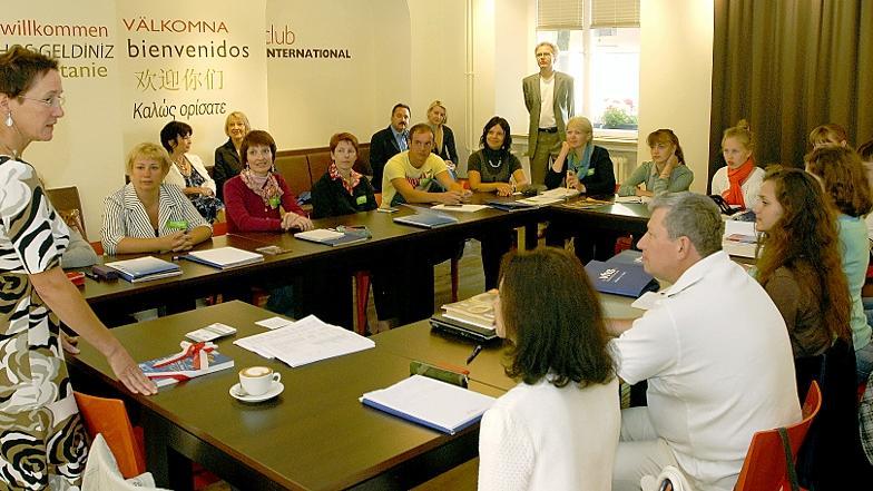 Herzlich willkommen in Erlangen: Bürgermeisterin Elisabeth Preuß empfängt 20 Studenten aus der Partnerstadt Wladimir im Club International.