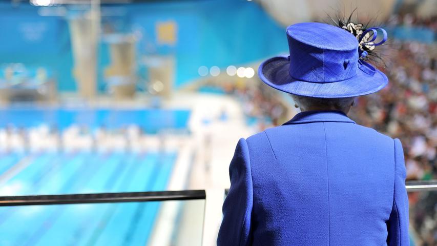Die Olympischen Spiele 2012 finden vom 25. Juli bis 12. August in London statt. Queen Elizabeth II. beobachtet die Schwimmwettkämpfe im Aquatics Centre in London.