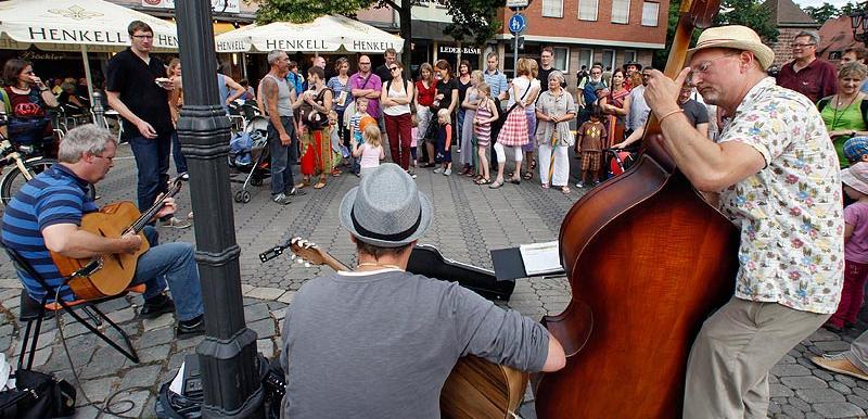 Überall in der Stadt bilden sich Menschentrauben um die Straßenmusiker.
