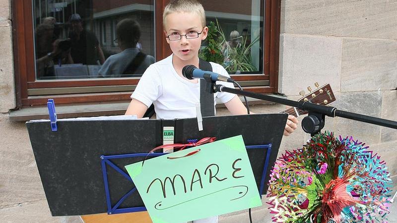 Der achtjährige Maximilian Renner vor dem Heilig-Geist-Spital - einen Künstlernamen hat er jedenfalls schon: Mare.