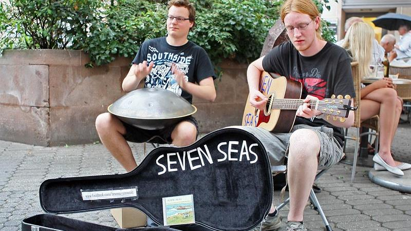 Diese beiden jungen Herren nennen sich Seven Seas.