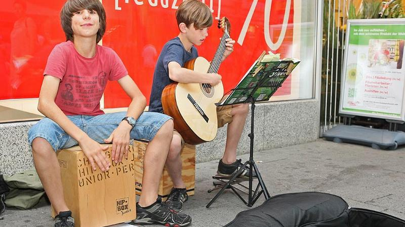 Die so genannten Cajons, auf deutsch auch Kistentrommel, sind bei den Straßenmusikern sehr beliebt.