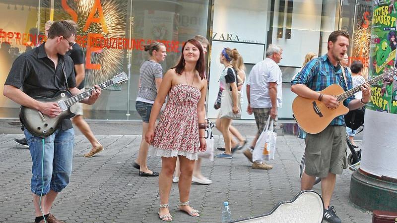 In der Karolinenstraße trifft man besonders viele Straßenmusiker, wie hier die Protones - da die großen Bühnen weit entfernt sind, haben sie die besseren Chancen, Gehör zu finden.