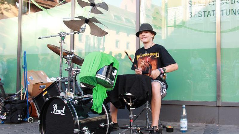 Lukas Pieper ist erst 15, ist aber schon ein alter Bardentreffen-Hase. Seit fünf Jahren zieht er in der Nähe des Hauptmarkts viele Passanten mit seinen Schlagzeugsoli in den Bann.