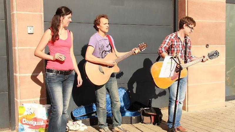Cecile, Antoine und Ewan (von links) sind gebürtige Franzosen, leben und arbeiten aber in Nürnberg. Sie sind Hobbymusiker und geben in der Nähe des Hauptmarkts traditionelle französische Volkslieder zum Besten.