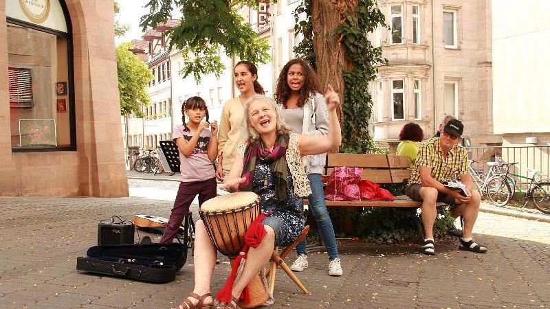 Das ist Lebensfreude: Diese vier Musikerinnen schmetterten von Beatles über moderne Soulsongs eine breite Palette in die Fußgängerzone.