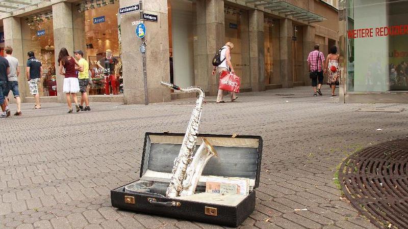 Auch ein Straßenmusiker braucht einmal eine Pause.