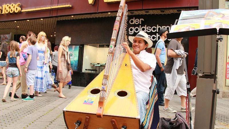 Milton Sánchez dagegen entführt die Zuhörer mit seiner Harfe in die Anden.