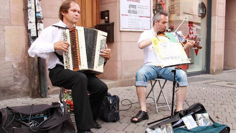 Alexander Kulabuchor spielt mit seinem Co-Musiker höchst anspruchsvolle Klassik.