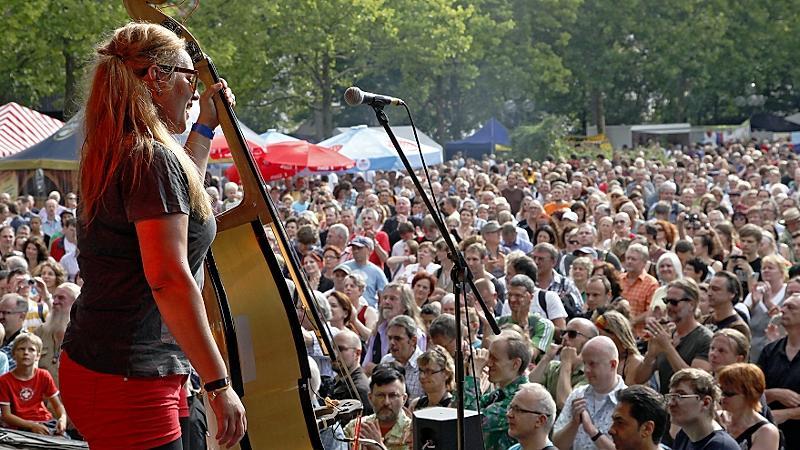 ... sich sonst kein Ort findet, an dem bis zu 10.000 Menschen Musik lauschen könnten. Klar, Alternativstandorte waren im Gespräch. Als da wären...
