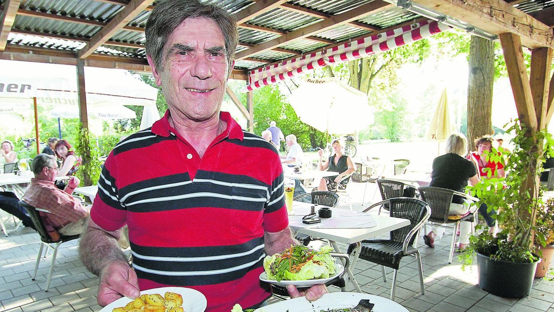Hier serviert der Chef: In der Gaststätte Marienberg von Gregorio Muci     gibt es auch frischen Fisch mit Bratkartoffeln und Salat.