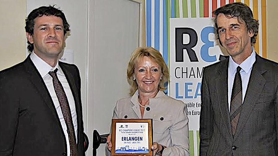 Yannick Regnier (links) von  der europäischen Klima-Allianz überreicht die Urkunde an Marlene Wüstner und Prof. Martin Hundhausen.