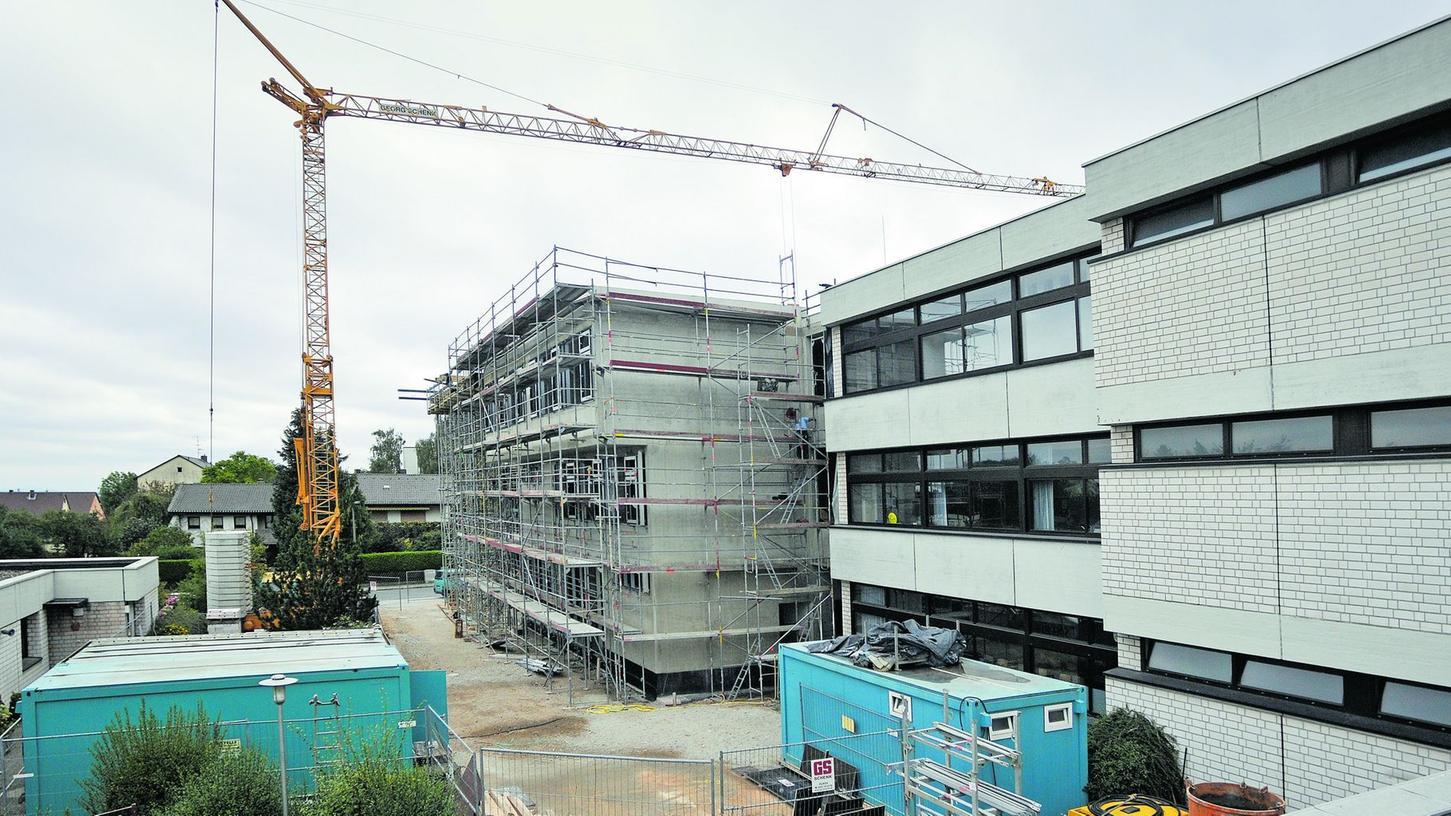 Neue Bauprojekte verbieten sich angesichts der städtischen Kassenlage, aber wenigstens begonnene Maßnahmen — wie hier der Neubau an der Oberfürberger Adalbert-Stifter-Schule — können 2011 fortgesetzt werden.