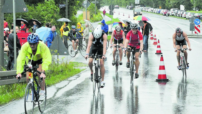 Regen auf der Straße wie im vergangenen Jahr sind ein vergleichsweise kleines Problem für die Organisatoren. Wenn auf sechs Kilometern Länge allerdings Split herumliegt, sieht die Sache schon anders aus.
