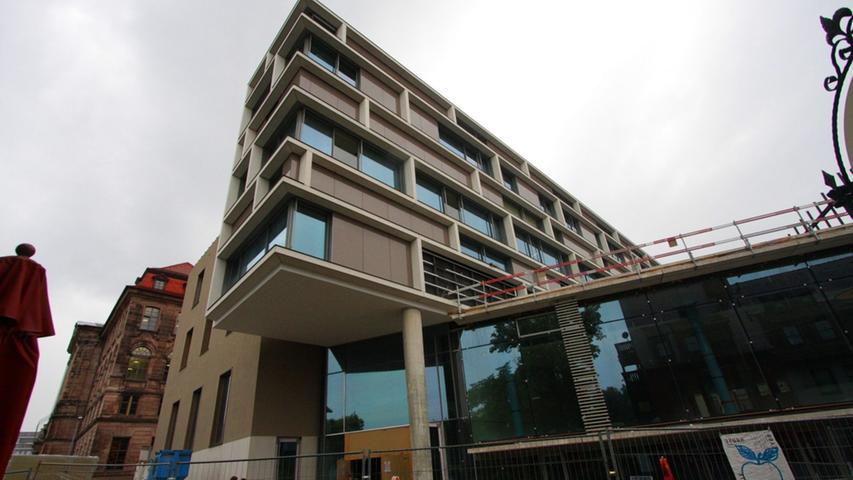 Auch von außen kann sich das neue Gebäude sehen lassen - moderne, zeitgenössische Architektur eben. Ab dem 25. Oktober lädt die Stadtbibliothek zum Besuch ein. Dann starten auch die 24-Stunden-Rückgabe und die erweiterten Öffnungszeiten.