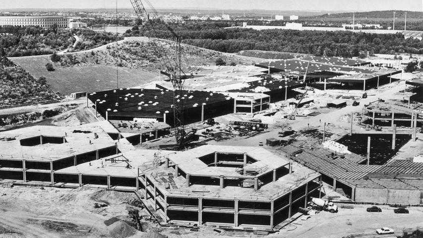 24. Juni 1972: Von Tag zu Tag wuchs das neue Messezentrum an der Kall-Schönleben-Straße in Langwasser. Bis Anfang des Jahres 1973 strebte man die Vollendung des ersten Bauabschnitts mit 60.000 Quadratmeter Ausstellungsfläche an. Außerdem zu sehen: Kongresshalle, Schmausenbuck, Unterbürg und Laufamholz.