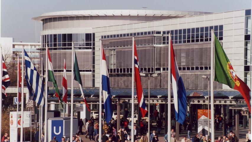 2001: Die Nürnberger Messe zeigt Flagge: Ihr neuer Westflügel nahe der Münchner Straße besticht mit seiner Architektur aus Glas und Stahl. Der Turm kann, wenn nötig, auf neun Stockwerke wachsen.