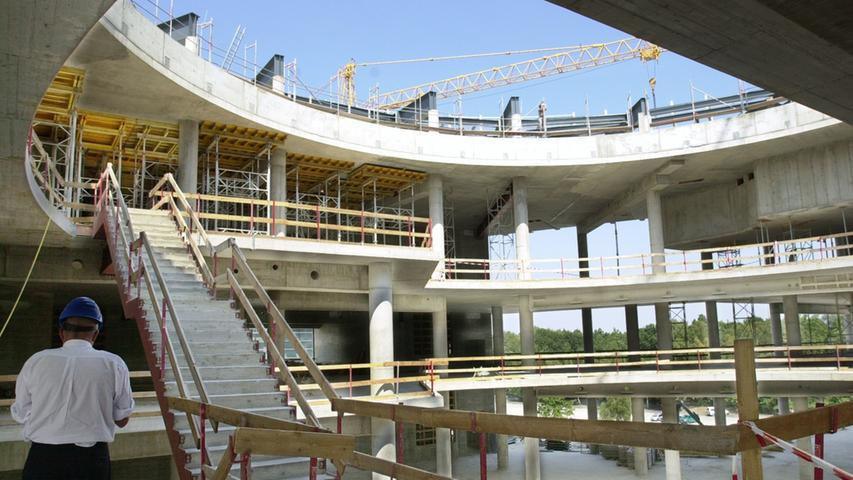 12. August 2003: Das Kongresszentrum der Messe CCN-Ost beim Baurundgang an der großen Straße.