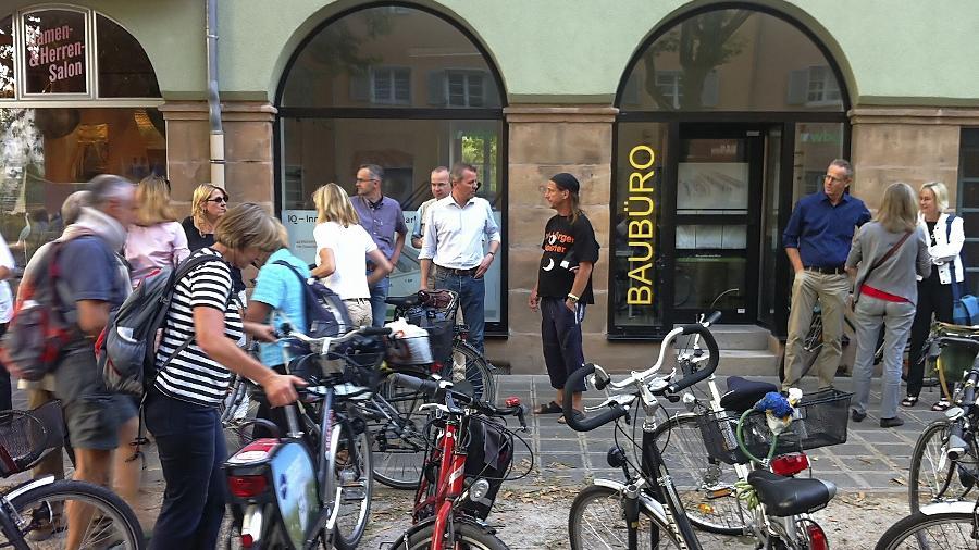 Das wbg-Baubüro der städtischen Wohnungsbaugesellschaft in der Leipziger Straße war eine Station der Mobilen Bürgerversammlung. OB Ulrich Maly (Mitte) nahm sich Zeit für den Dialog mit Anwohnern des Viertels.