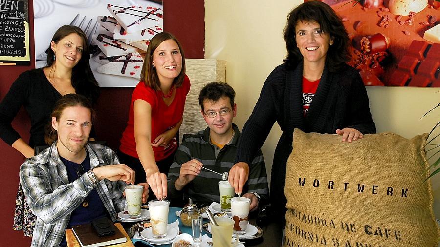 """Entspannte Jung-Autoren: Die """"Wortwerk""""-Mitglieder Stefan Winter, Carolin Hensler, Anja Zeltner, Thomas Werner und Natasa Dragnic (von links nach rechts) bei einer Kaffee-Pause."""