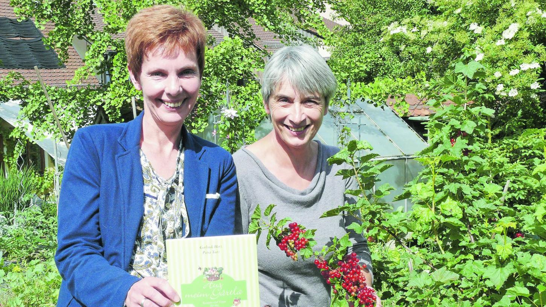 """""""Aus meim Gärtla"""" — Petra Teetz und Gerlinde Herz (re.) haben gemeinsam an dem Gartenkochbuch geschrieben."""