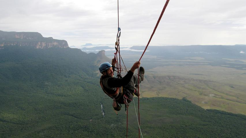 Auf Expedition in Venezuela. Ehe sie den Wandfuß der Tepui-Tafelberge erreichten mussten Albert und seine Mitstreiter (darunter der Forchheimer Holger Heuber und Stefan Glowacz) eine strapaziöse Expedition durch den Dschungel auf sich nehmen.