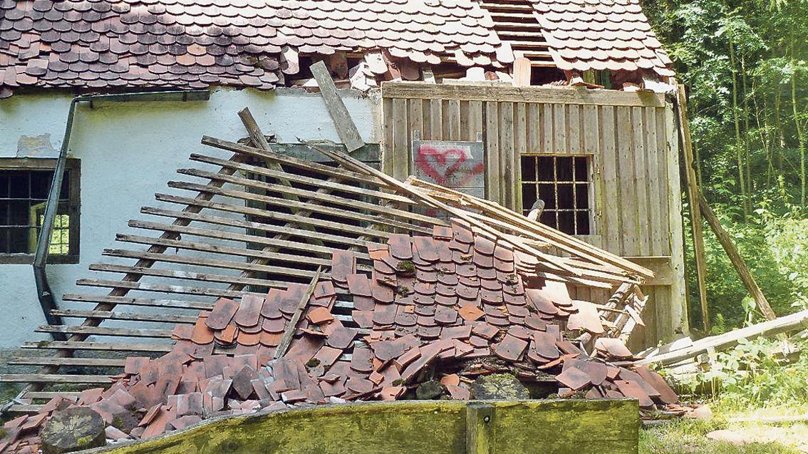 So präsentierte sich die gemauerte Jagdhütte neben der Ulrichkapelle nach dem letzten Vandalismus-Vorfall im Frühsommer: Balken des eingerissenen Vorbaues wurden im Inneren verbrannt.