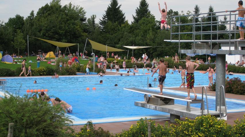 Im beheizten Freibad gibt es jede Menge Sport- und Freizeitmöglichkeiten. Das 2000 sanierte Freibad bietet unter anderem zwei Sprungtürme und ein Beach-Volleyball-Feld. Informatione zu Eintrittpreisen und Öffnungszeiten finden sichhier.