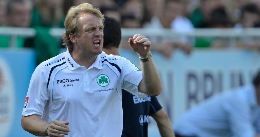 Trainer Mike Büskens versuchte vom Spielfeldrand aus, Einfluss auf seine Mannschaft zu nehmen.