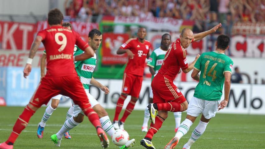 Mergim Mavraj beobachtete genau, was Bayern-Stürmer Mario Mandzukic mit dem Ball vorhatte. Gleichzeitig ließ Edgar Prib Arjen Robben nicht aus den Augen.