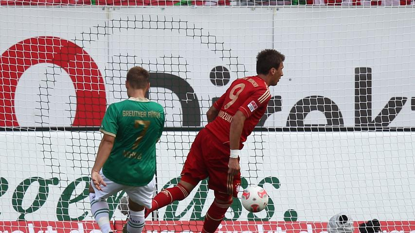 Bayerns Mario Mandzukic sorgte mit seinem Treffer zum 0:2 für dieVorentscheidung. Sichtlich enttäuschtließ Bernd Nehrigden Kopf hängen
