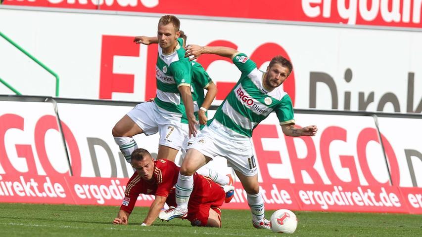 Doppeln hilft: Wenn es alleine nicht ging, einen Spieler der Bayern vom Ball zu trennen, dann halfen sich die Fürther gegenseitig.