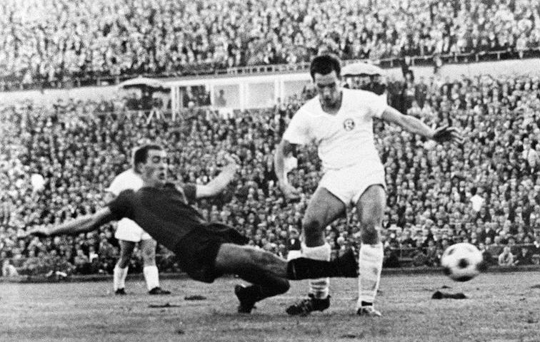 1961 wurde der Club Meister und im Folgejahr Pokalsieger! Dass sich der FCN im Finale des Cup-Wettbewerbs im Spätsommer 1962 gegen Düsseldorf durchsetzt, hat wesentlich mit Tasso Wild zu tun. In der 93. Minute profitiert der gebürtige Nürnberger von einem Aussetzer von Fortunen-Akteur Manfred Krafft und bugsiert den Ball spielentscheidend über die Linie. Vor 41.000 Zuschauern in Hannover haben die vom späteren Bundestrainer Jupp Derwall trainierten Düsseldorfer zunächst mehr vom Spiel. Einem famos haltenden Roland Wabra ist es zu verdanken, dass es 0:0 zur Pause steht. Nach 90 Minuten und einer gehörigen Leistungssteigerung der Nürnberger steht es 1:1. Und drei Minuten später 2:1 für den Club.