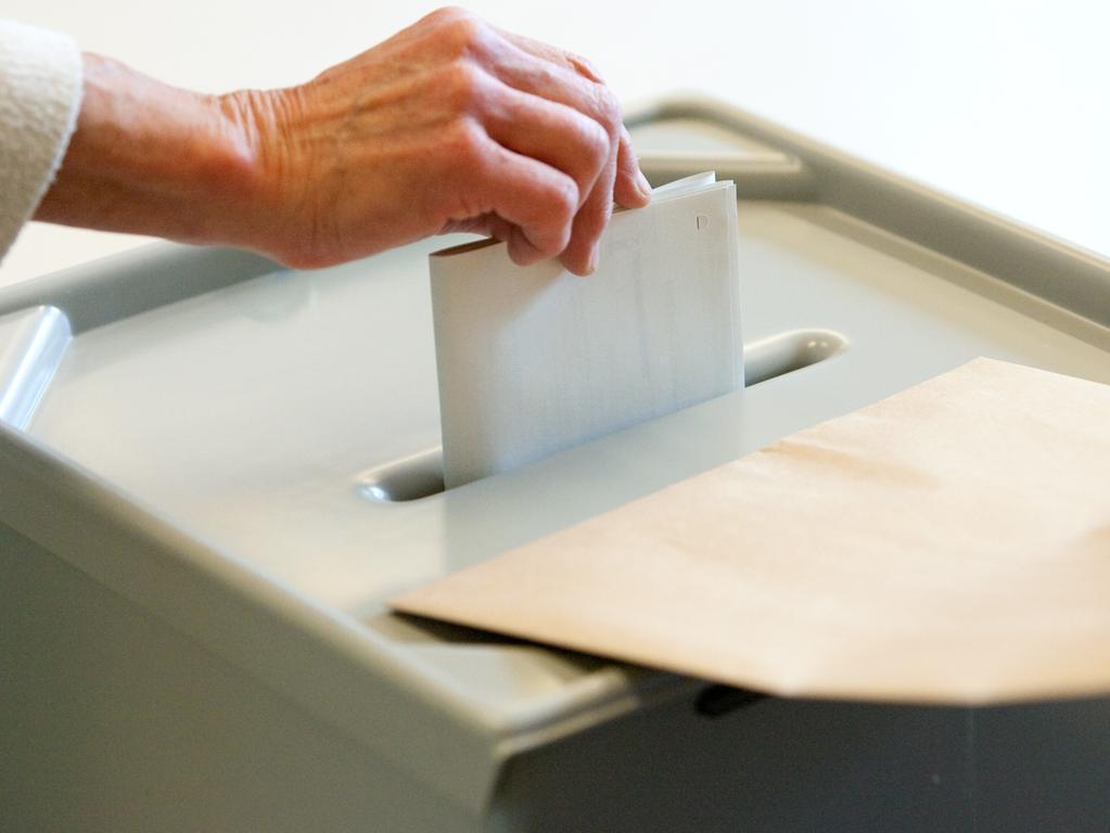 Eigentlich ist es ganz einfach: Es gibt zwei graue Stimmzettel, für die Landtagswahl, und zwei blaue Stimmzettel, für die Bezirkstagswahl. Der Wähler hat vier Stimmen zu vergeben.