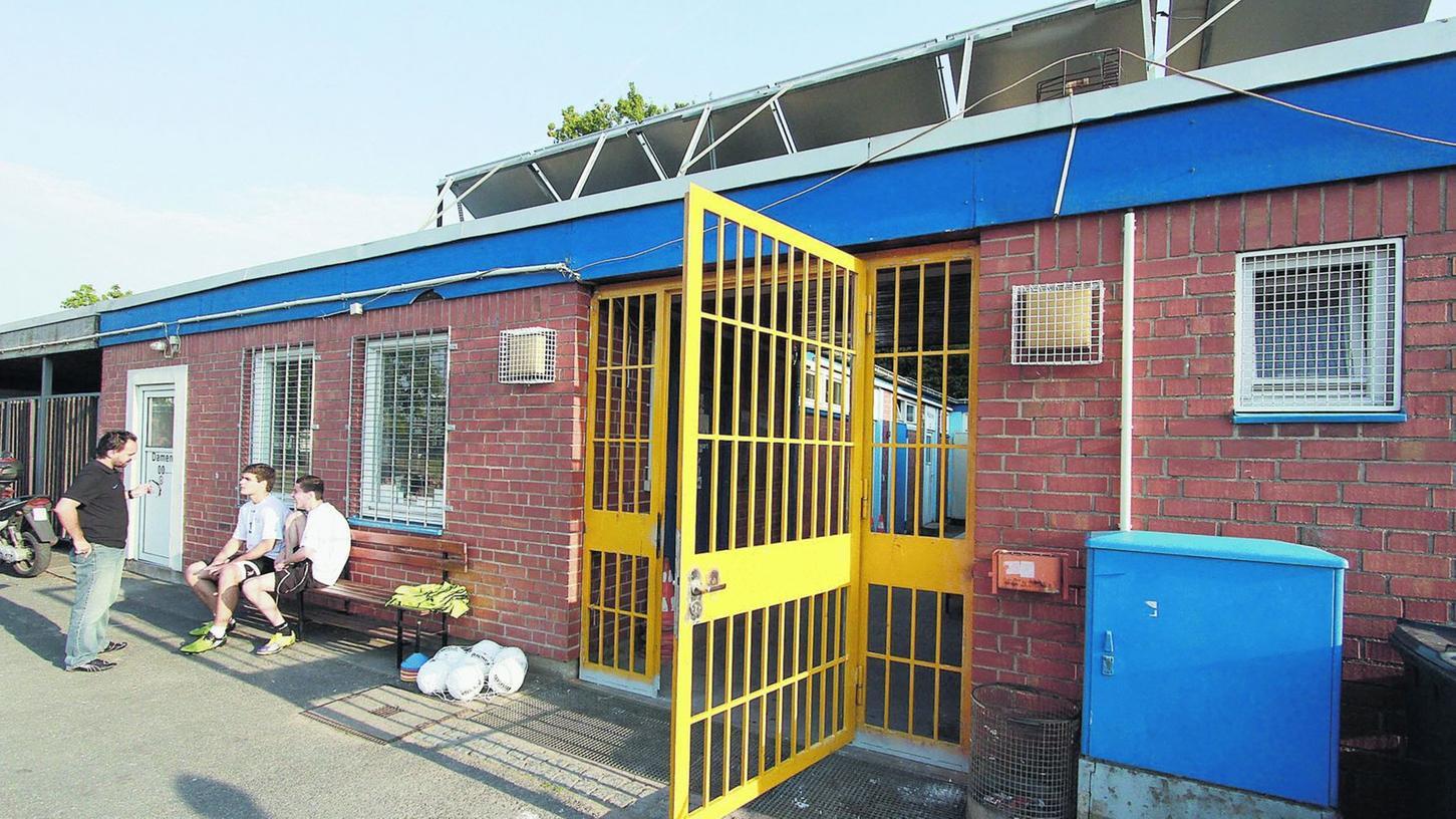Eine schwere Tür aus Eisengittern soll das Sportheim vor Einbrechern schützen.